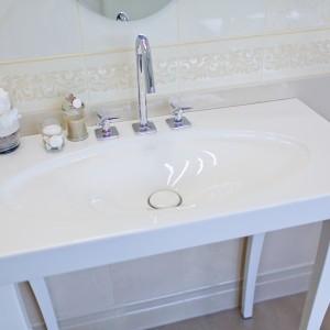 Detail vzorkové koupelny v koupelnovém studiu Gremis - umyvadlo v provedení s nohami