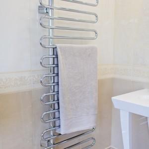 Detail vzorkové koupelny v koupelnovém studiu Gremis - odkládací věšák / sušák
