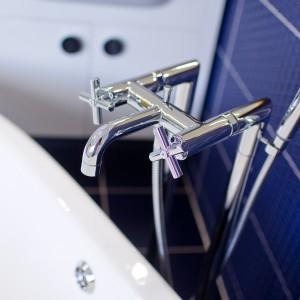 Detail vzorkové koupelny v koupelnovém studiu Gremis - vodní baterie