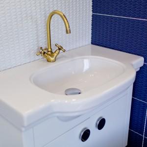 Detail vzorkové koupelny v koupelnovém studiu Gremis - umyvadlo se zlatou baterií
