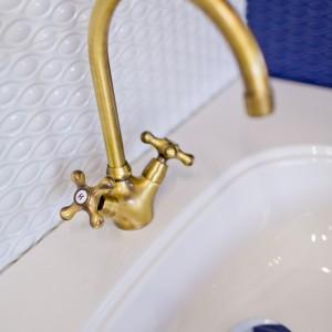Detail vzorkové koupelny v koupelnovém studiu Gremis - vodní baterie, imitace zlata