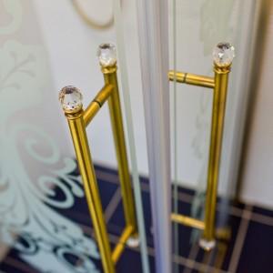 Detail vzorkové koupelny v koupelnovém studiu Gremis - madla sprchového koutu zlatá