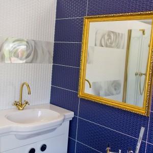 Detail vzorkové koupelny v koupelnovém studiu Gremis - zlaté prvky, zrcadlo