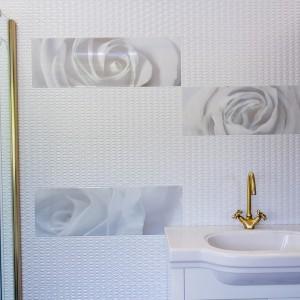 Detail vzorkové koupelny v koupelnovém studiu Gremis - zdobné prvky na stěně, umyvadlo