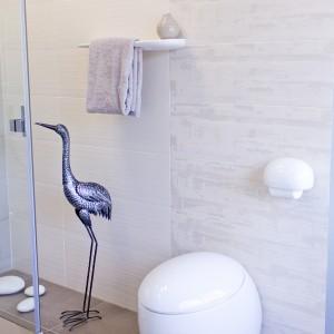 Detail vzorkové koupelny v koupelnovém studiu Gremis - designové prvky toalety a dekorace