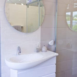 Detail vzorkové koupelny v koupelnovém studiu Gremis - umývací stěna