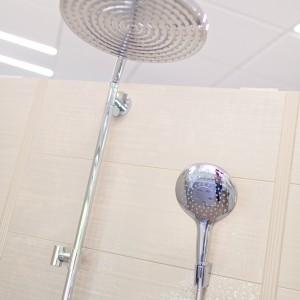 Detail vzorkové koupelny v koupelnovém studiu Gremis - systém sprchových růžic