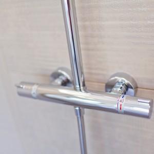 Detail vzorkové koupelny v koupelnovém studiu Gremis - moderní ovládání sprchy