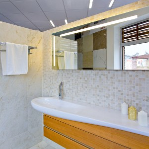 Umyvadlo a zrcadlo ve vzorkové koupelně v koupelnovém studiu Gremis ve Velkém Meziříčí