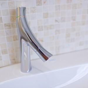 Detail vzorkové koupelny v koupelnovém studiu Gremis - vodní baterie v elegantním designu