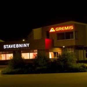 Prodejna Gremis ve Velkém Meziříčí v noci - stavebniny a koupelnové studio