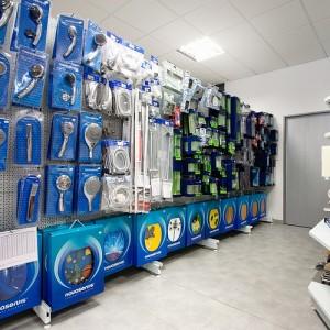 Koupelnové studio Gremis ve Velkém Meziříčí a vystavený sortiment - příslušenství pro koupelny