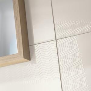 Inspirace koupelnami Rako - detail obkladů s vlnkovým vzorem