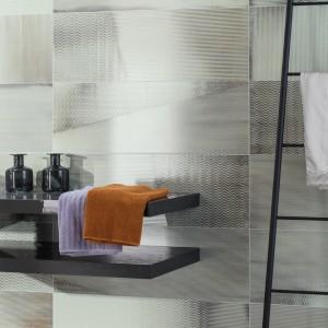 Inspirace koupelnami Rako - stěna koupelny s policemi a dekoracemi