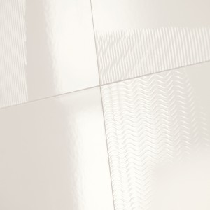 Inspirace koupelnami Rako. Bílé obklady s vlnkovým vzorem