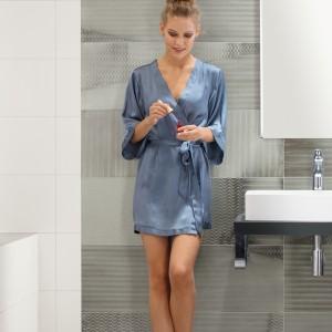 Inspirace koupelnami Rako - žena v moderní koupelně
