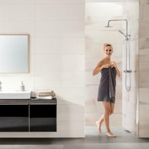 Inspirace koupelnami Rako - žena v moderní světlé koupelně