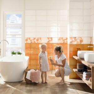 Inspirace koupelnami Rako - žena a dítě v bílo oranžové koupelně