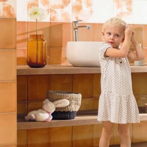 Inspirace koupelnami Rako - dítě v oranžové koupelně