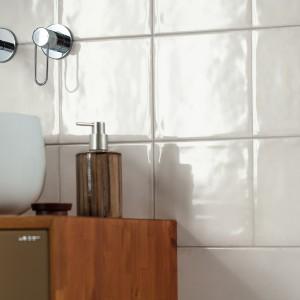 Klasické bílé čtvercové obklady Rako v koupelně