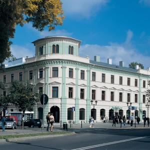 Zelená a krémová fasáda Ceresit na velké historické budově v centru města