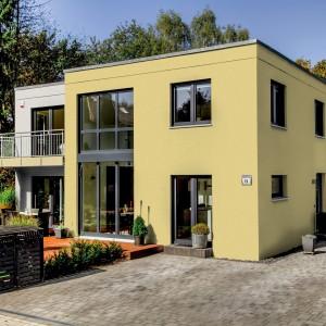 Žlutá fasáda Ceresit na velkém rodinném domě - vile.
