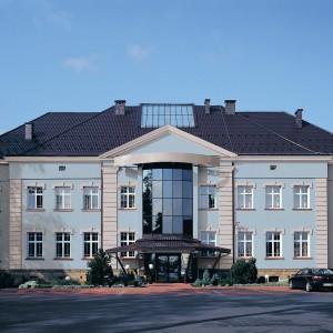 Modrá a šedá fasáda Ceresit na velké budově