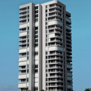 Výšková budova natřená fasádou Ceresit