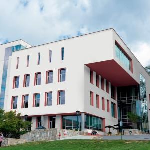Moderní administrativní budova s bílou fasádou Ceresit