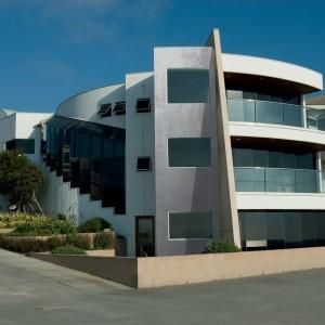 Fasáda Ceresit na moderní atypické budově