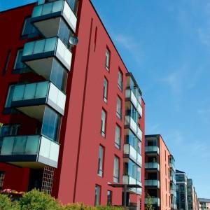 Červená fasáda Ceresit na moderních bytových domech