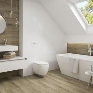 Inspirace koupelnami Paradyż - podkrovní prosvětlená bílá koupelna s hnědým dekorem