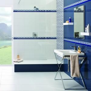 Modrobílá koupelna s obklady značky Paradyż