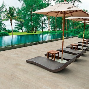 Keramická dlažba Alfalux v relaxační zóně kolem bazénu