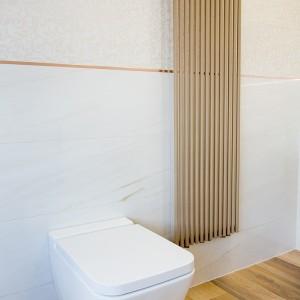 Detail vzorkové koupelny v koupelnovém studiu Gremis - toaleta a radiátor