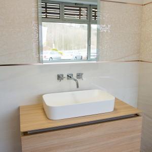 Detail vzorkové koupelny v koupelnovém studiu Gremis - umyvadlo a stěna koupelny