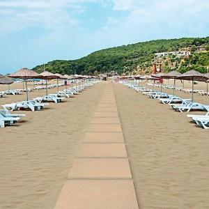 Keramická dlažba Alfalux jako stezka na pláži u moře