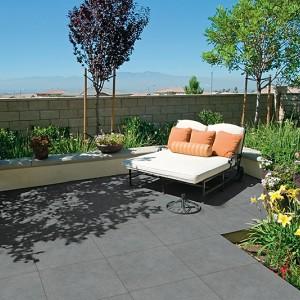 Tmavá keramická dlažba Alfalux na odpočinkové terase