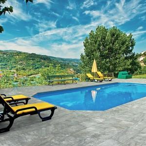 Šedá keramická dlažba Alfalux kolem bazénu