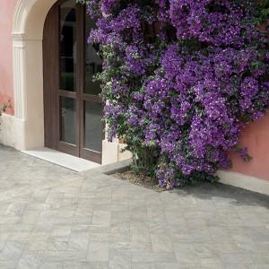 Keramická dlažba Alfalux v nabídce obchodu Gremis - příklad použití u chodníku