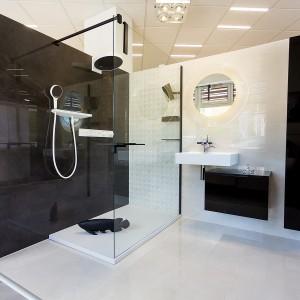 Vzorková koupelna ve studiu Gremis - bíločerné provedení