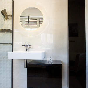 Vzorková koupelna ve studiu Gremis - řešení umyvadla a zrcadla