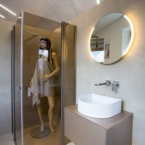 Vzorková koupelna ve studiu Gremis - sprchový kout, umyvadlo, zrcadlo