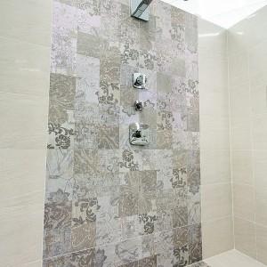 Stěna sprchy vzorkové koupelny ve studiu Gremis.