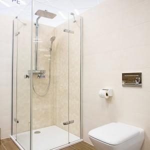 Sprcha a WC ve vzorkové koupelně v koupelnovém studiu Gremis ve Velkém Meziříčí