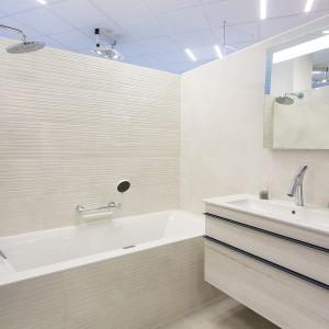 Světlá barva ve vzorkové koupelně v koupelnovém studiu Gremis ve Velkém Meziříčí