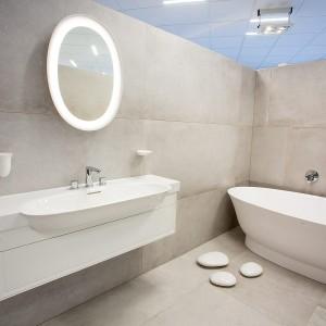 Vzorková koupelna ve studiu Gremis - umyvadlo, vana, zrcadlo