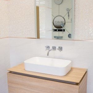 Koupelna Purity of Marble od Ceramiche Supergres - umyvadlo a jeho zázemí