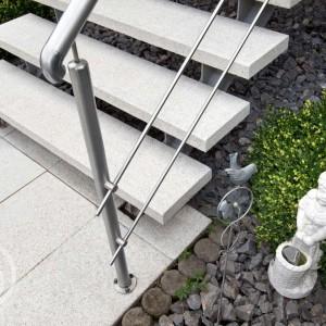 Světlá dlažba Ferobet k dostání v obchodě Gremis, příklad použití chodníku a schodiště