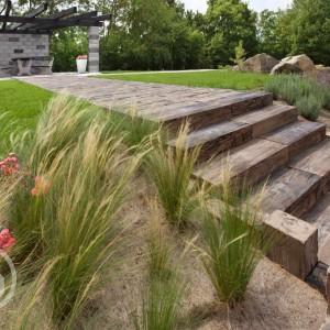 Dlažba Ferobet v přírodním odstínu k dostání v obchodě Gremis, příklad použití u chodníku a schodiště